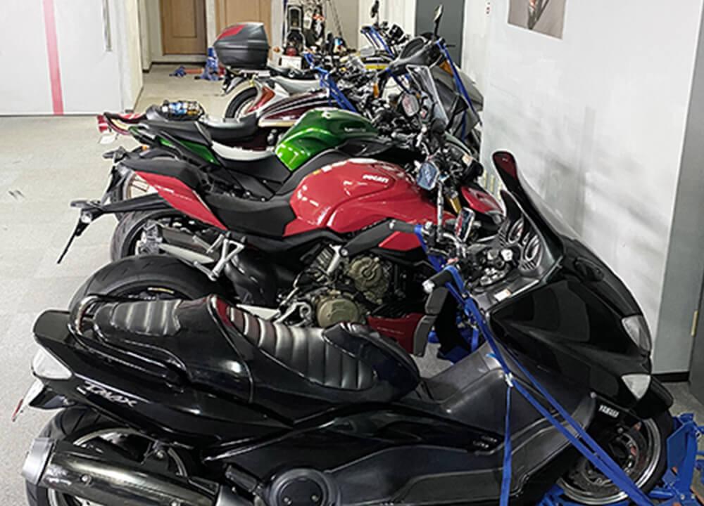 オートバイを確実に固定駐輪 地震に強いタイダウンも完備